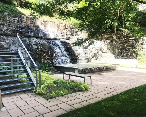 Projet récipiendaire  du prix de l'APPQ - Terrasse de pierre et bassin d'eau