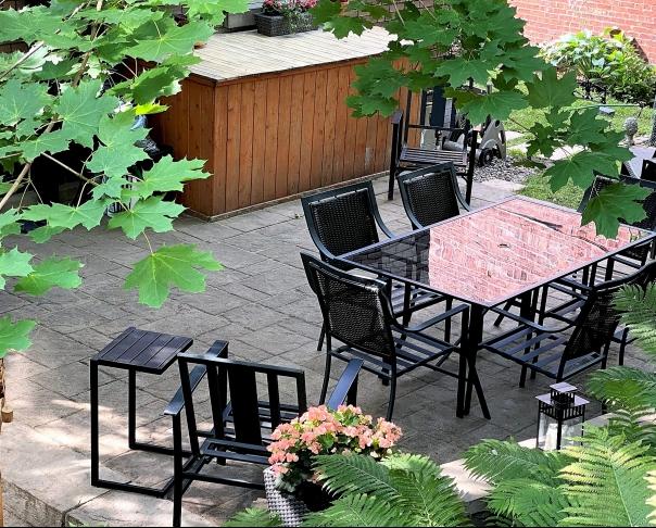 Terrasse intime - Création d'une petite terrasse intime à Westmount en pavé Permacon