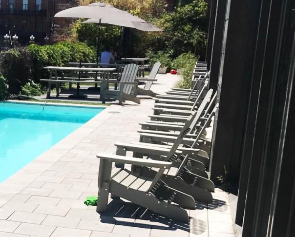 Terrasse piscine et végétalisations - Piscine béton, pierre Saint-Marc fini bouchardé