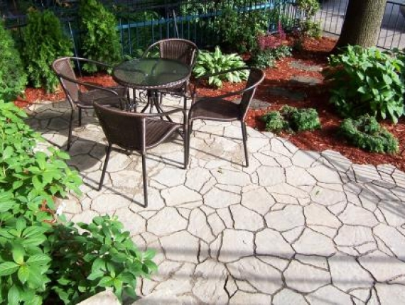 Small terrace in Outremont - Permacon Crazy work flagstone