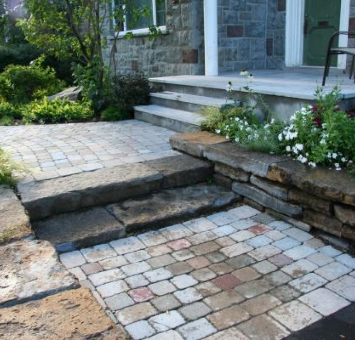 Entrée de pavé et muret de pierre taillée - Chaque pierre est taillée pour s'emboiter