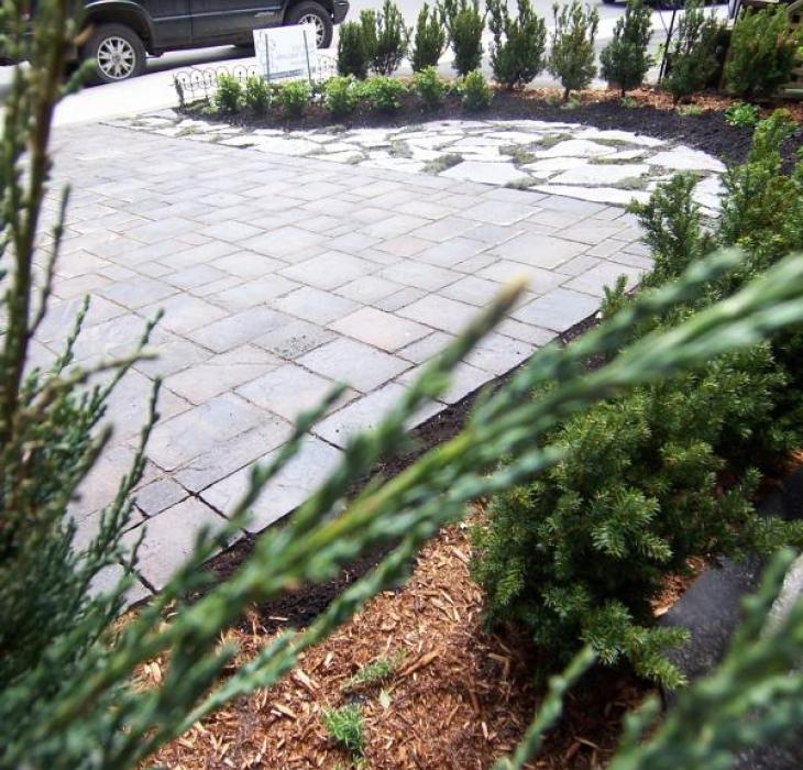 Stationnement et terrasse avant en pavé-uni et pierre plate - Pierre naturelle, pavé-uni et aménagement de végétaux